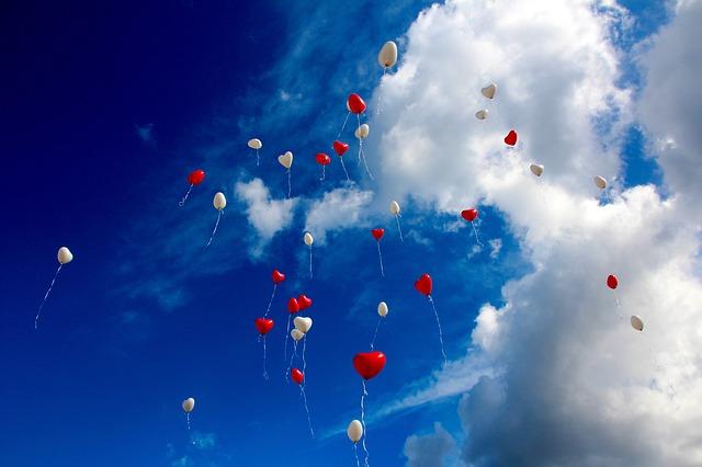 תמונות של לבבות - בלונים לבבות שמיים עננים